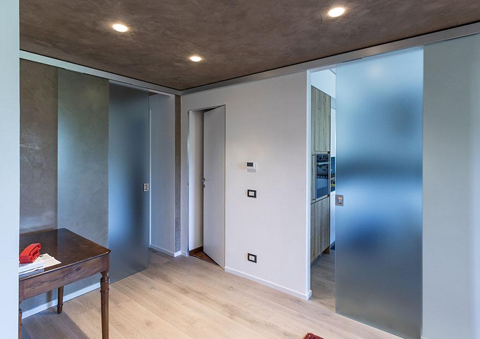 Ante vetro satinato scorrevoli con binario filo soffitto for Finestre a soffitto